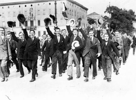 Students in Berlin cheer upon declaration of war, August 1914 (via)